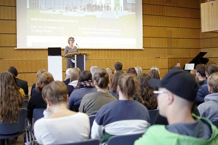 Präsidentin Christiane Fritze begrüßt die Erstsemester