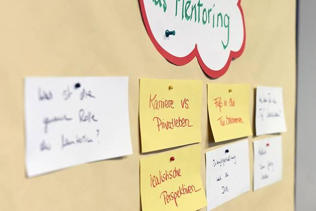 Fragen zum Mentoring auf einer Pinnwand