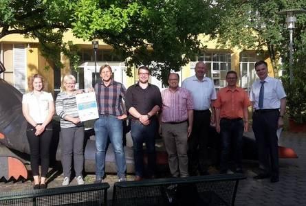 Gruppenfoto der Verantwortlichen vor dem Haupteingang der Hochschule am Campus Friedrich Streib