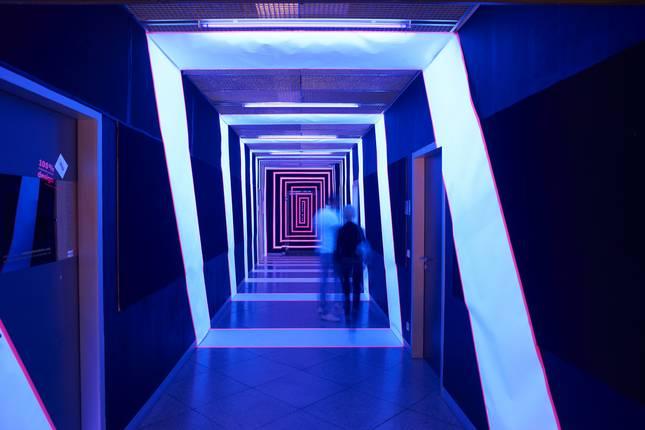 Mit farbigem Licht in Szene gesetzter Flur bei den Designtagen.