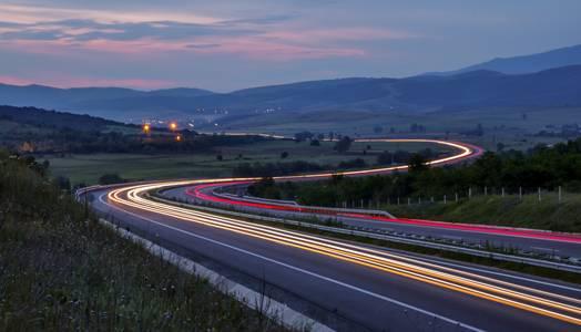 Nächtliche Lichtspuren auf der Autobahn