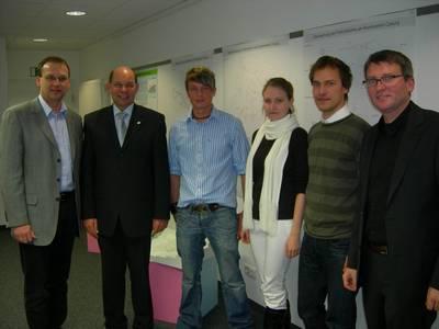 Vizepräsident Prof. Dr. Michael Pötzl, Hans-Heinrich Ullmann (l.) und Andras Heipp (r.) mit den Erstplazierten (Foto: E. Niestroj)