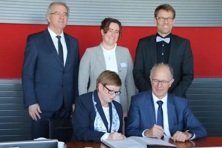 Alle Verantwortlichen unterschrieben den Kooperationsvertrag