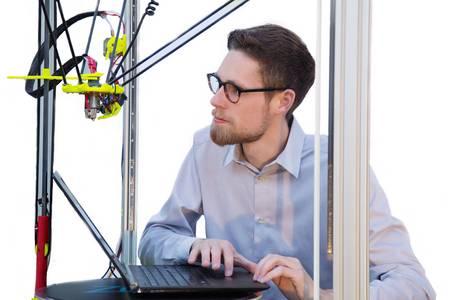 Der Student Adrian Beetz arbeitet an seinem 3D-Drucker Prototyp.