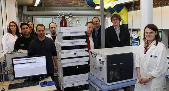 Doktorandin Kristin Götz und andere Wissenschaftler des Technologietransferzentrums Automotive