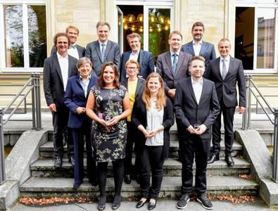 Die Preisträger*innen Christina Röhrich, Andrea Imhof und Julian Schrauder (1. Reihe v.li.) mit Vertretern der IHK, der Unternehmen und der Hochschule Coburg.
