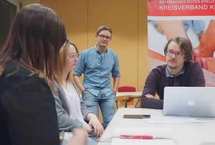 Dominik Blechschmidt und Eric Fürstmann im Gespräch mit Mitarbeiterinnen des BRK Kronach
