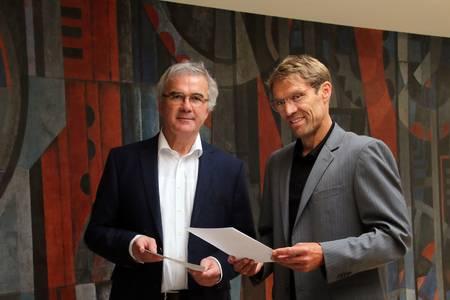 Prof. Dr. Roland Hertrich (links) und Prof. Dr. Michael Lichtlein (rechts).