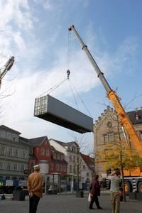 Ein Schiffscontainer wird auf dem Albertsplatz angeliefert.