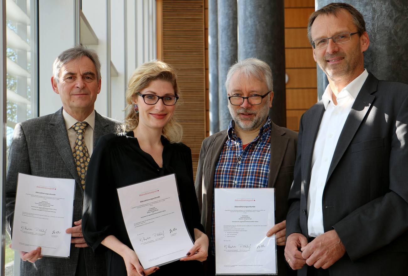 Prof. Dr. Gerhard Lindner (AIMS), Katja Zimmer (Simulation & Test, Technische Physik), Prof. Dr. Wolfram Haupt (Dekan Angewandte Naturwissenschaften) und Präsident Prof. Dr. Michael Pötzl mit den offiziellen Akkreditierungsurkunden.
