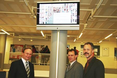 Gerhard Schaas, Vorstand Technik Loewe AG, Prof. Dr. Michael Pötzl, Vizepräsident der Hochschule Coburg und Werner Kotschenreuther, Leiter Personalwesen Loewe AG