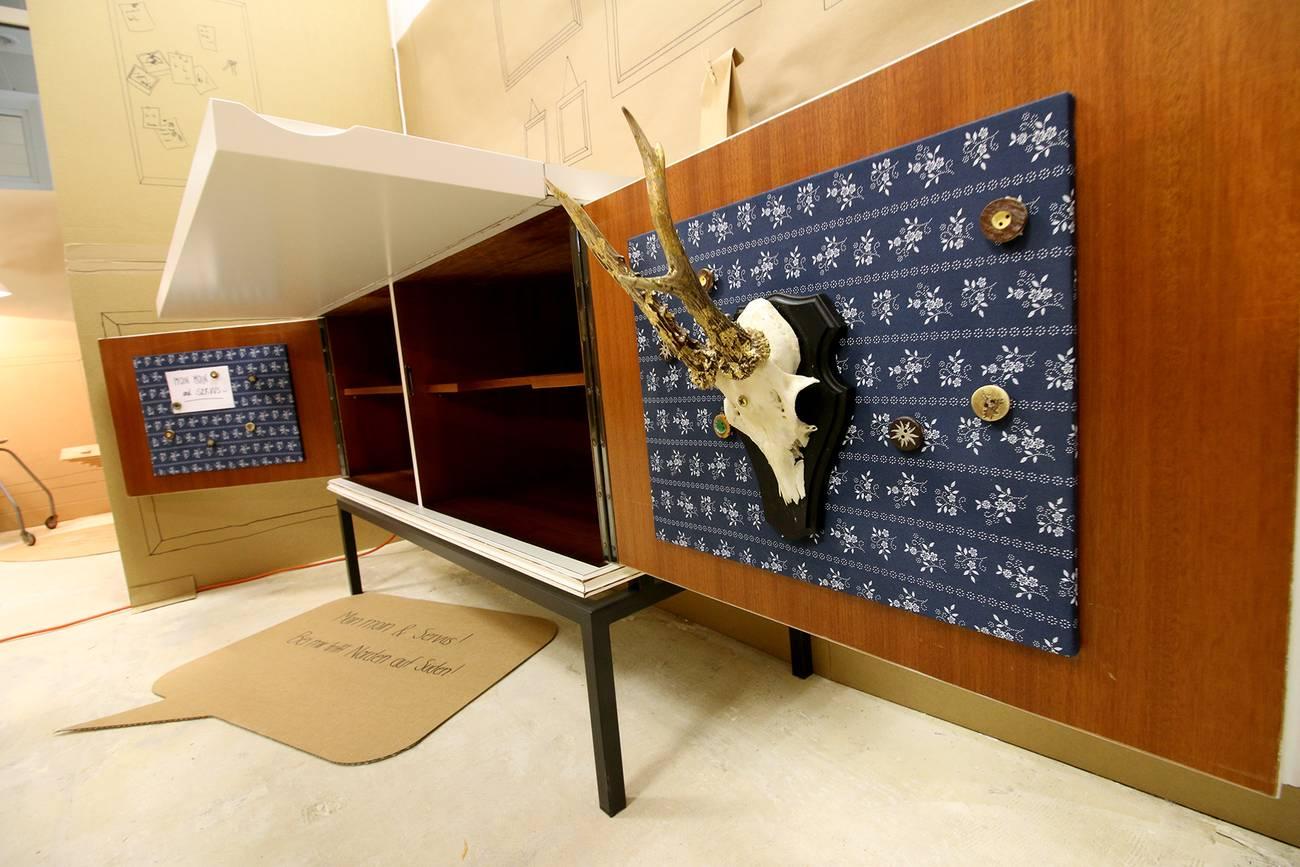 Ein alter Schrank, den die Studentinnen gestrichen und dekoriert haben.