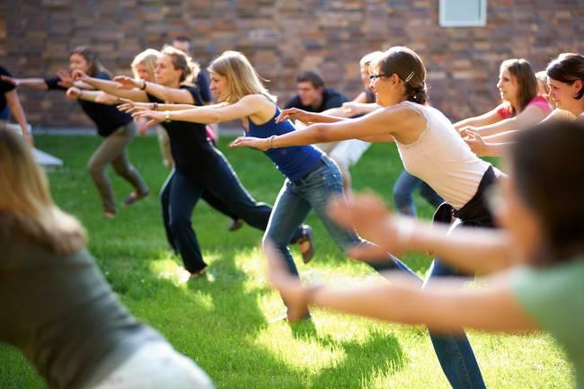 Studentinnen machen Sport auf dem Campus.