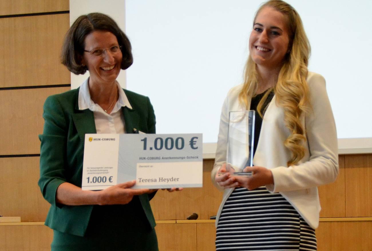 Theresa Heyder (rechts) erhält den HUK-Anerkennungspreis von Sarah Rössler (links).