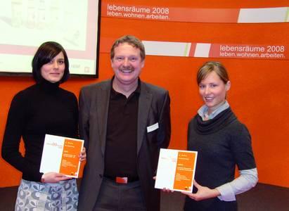 Simone Winkler, Prof. Gerhard Kampe und Stephanie Hudde (v.l.) bei der Preisverleihung in Hannover