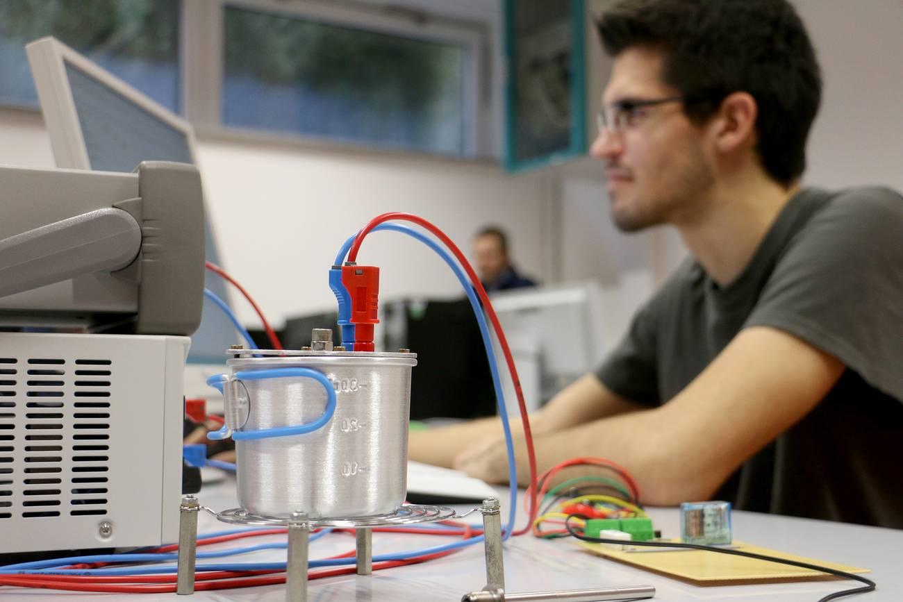 Student Alexander Christ überprüft die Messungen des Espressomaschinenmodells.