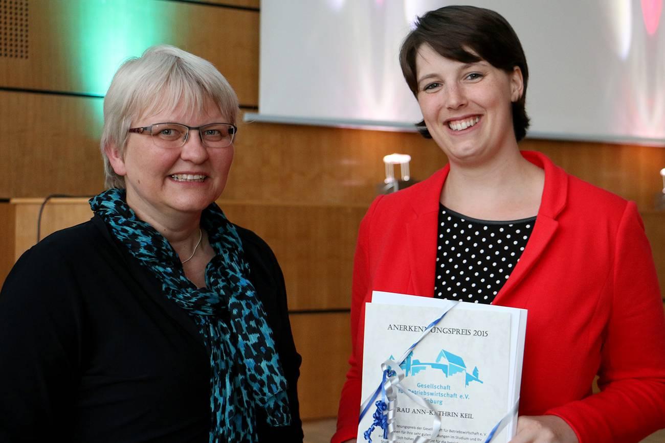 Ann-Kathrin Keil bekommt den GfB-Anerkennungspreis von Professorin Jutta Michel.