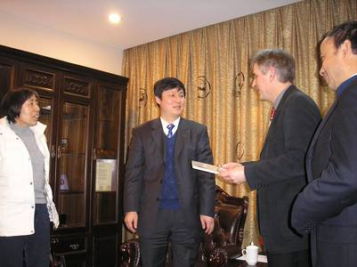 Vizepräsident Prof. Dr. Xiaodong Ding übergibt Prof. Dr. Gerhard Lindner den Kooperationsvertrag.