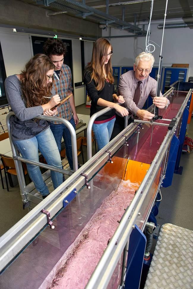 Studierende arbeiten im Wasserbaulabor.