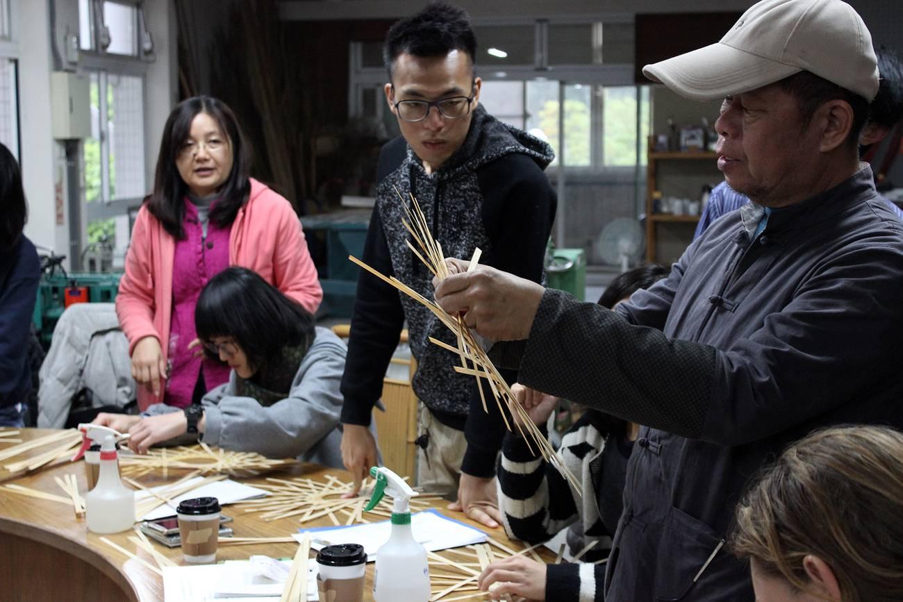 Die Studierenden lernen das Bambusflechten.