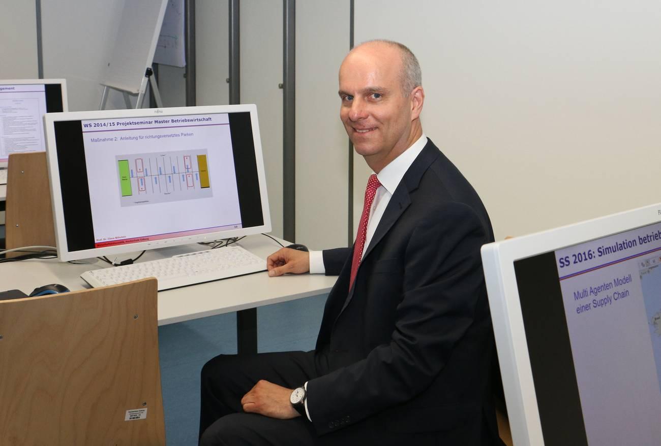 Prof. Böhnlein im neuen Simulationslabor