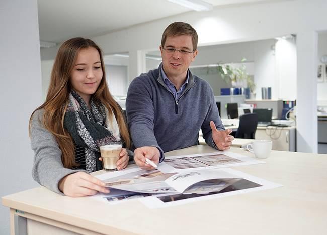 Studentin bei der Projektbesprechung im Unternehmen