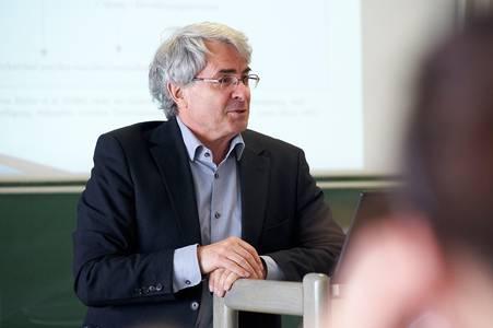 Helmut Pauls bei eienr Vorlesung in der Hochschule Coburg