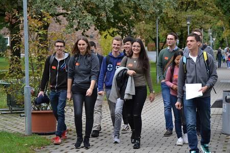 Studierende laufen über den Campus der Hochschule Coburg