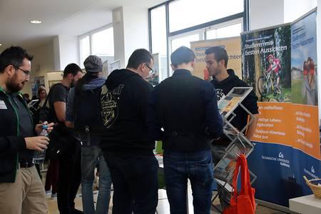 Messe-Stand an der TU Ilmenau mit Studierenden
