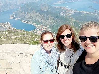 Annalena Kraus und Ann-Christin Potthoff mit einer Freundin (v.r.n.l.) in Kroatien.
