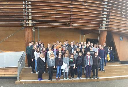 Eine Gruppe Studierender steht vor dem Eingang des CERN