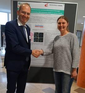 Prof. Dr. Matthias Noll gratuliert Simone Keß