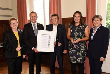 Christina Röhrich enthält den Preis aus den Händen von Siegmar Schnabel und Friedrich Herdan. Mit dabei sind Hochschulpräsidentin Christiane Fritze (li.) und Regierungspräsidentin Heidrun Piwernetz (re.)