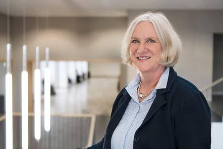 Annette Stegemann im Foyer der Hochschule Coburg