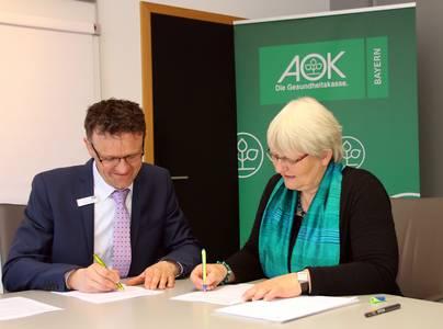 Christian Grebner und Prof. Dr. Jutta Michel unterzeichnen den Kooperationsvertrag