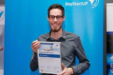 Adrian Beetz mit der Siegerurkunde beim Businessplanwettbewerb Nordbayern.