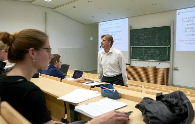 Lehrkraft im Hörsaal mit Studierenden