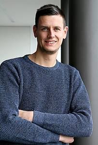 Richard Geßlein im Flur der Hochschule Coburg