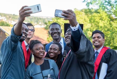 Internationale Studierende machen Selfie