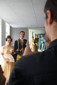 Victoria und Albert-Double beim Foto mit dem digitalen Prinz-Albert-Denkmal