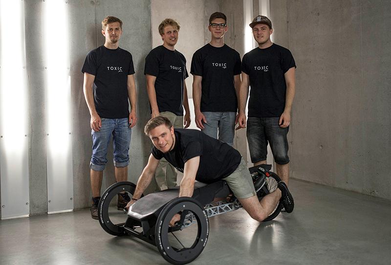 Produktdesignstudenten mit ihrem Akkuschrauber-Fahrzeug