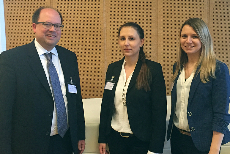 Professor Mirko Kraft mit den Studentinnen Anja Bauchowitz und Katrin Seuffert.