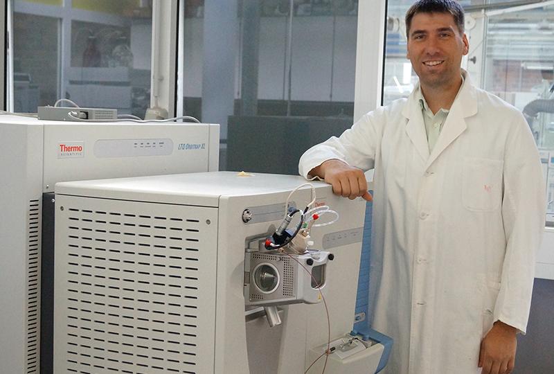 Professor Stefan Kalkhof vor dem neuen Massenspektrometer