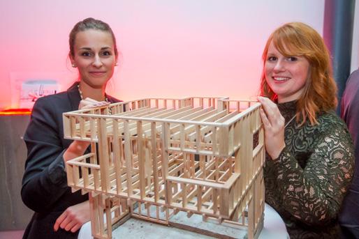Die zwei Studentinnen Lisa Hofmann und Charlott Walter mit ihrem Entwurf von einem Haus für Asylbewerber