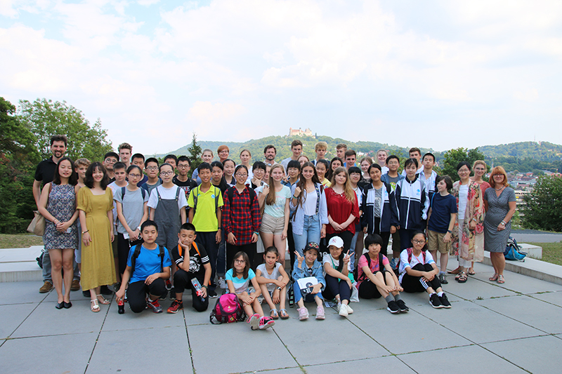 Deutsche und chinesische Schüler auf dem Campusgelände