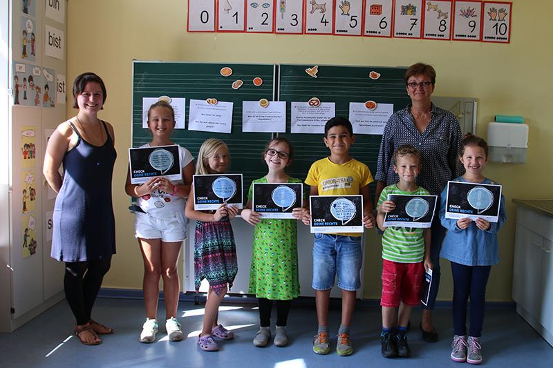 Gruppenbild der sechs Grundschüler mit der Direktorin und Studentin Teresa Falter