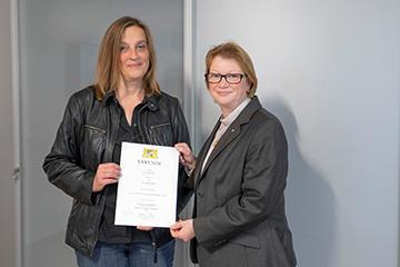 Dagmar Starke (li.) wurde von Hochschulpräsidentin Christiane Fritze zur Honorarprofessorin ernannt.