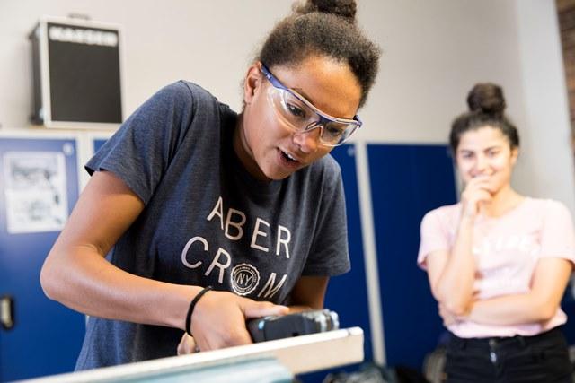 Mädchen werden spielerisch an technische Berufe herangeführt.