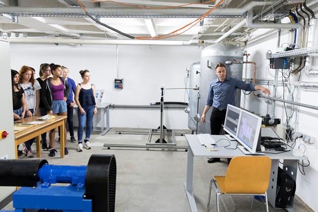 Schülerinnen in den Laboren und Werkstätten der Hochschule