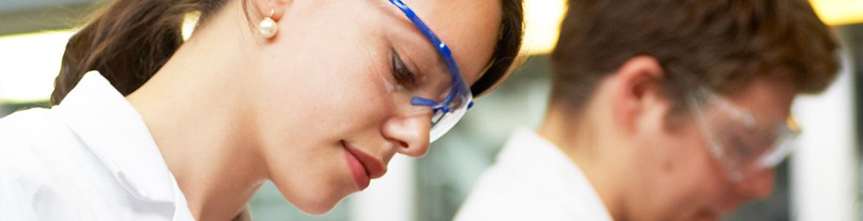 Eine Studentin der Bioanalytik mit Laborbrille.